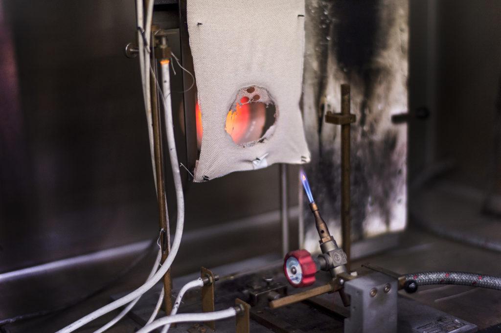 Diferencia entre reacción y resistencia al fuego en materiales textiles